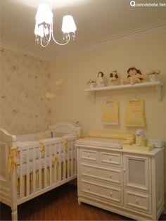 Quarto de bebê com enxoval amarelo e branco