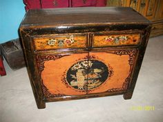 Splendido mobile laccato e decorato anticamente usato per riporrre i servizi da té, Cina, Gansu, metà '800. € 1300,00