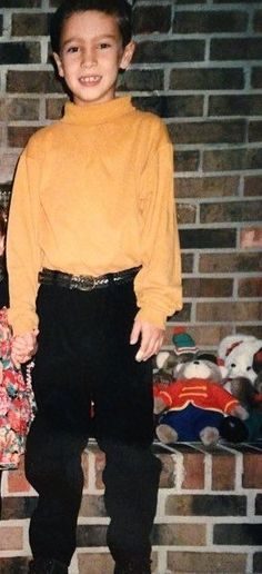 Tyler has always been YES in yellow, don't deny it Middlesbrough, Tyler Joseph, Yellow Shirts, Music For Kids, Staying Alive, Twenty One Pilots, The Dreamers, The Twenties, Bands