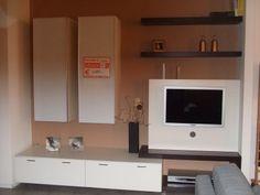 Vendo in occasione Mobile soggiorno da cm.270 x  60 in laminato wenghè e bianco, con 2 pensili anta vetro laccato bianco , pannello porta tv .