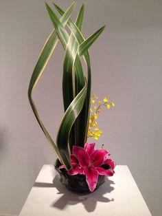 Risultati immagini per ikebana arte floral japones Ikebana Arrangements, Arrangement Floral Ikebana, Contemporary Flower Arrangements, Arte Floral, Deco Floral, Design Floral Moderne, Modern Floral Design, Japanese Floral Design, Flower Show