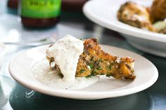 Tasty, finger-lickin' baked parmesan garlic chicken wings recipe, from Chef Jesse Thomas. Oven baked instead of fried! With Blue Cheese + Dijon Mustard dip. Kitchen Recipes, Cooking Recipes, Crockpot, Garlic Chicken Wings, Actifry Recipes, Great Recipes, Favorite Recipes, Chicken Wing Recipes, Dessert