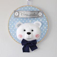 Enfeite para porta de maternidade em bastidor com tema de Urso Polar.  Pode ser feito nas cores e estampas que preferir.    Confeccionado em feltro e tecido 100% algodão.      Medida: cerca de 30 cm de diâmetro