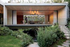 03-casa-no-mexico-tem-formato-de-h-muito-concreto-e-luz-natural