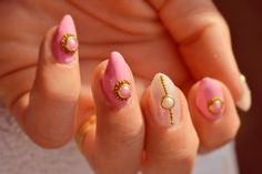 Do you like this amazing and beautiful nails created by Paulina?! Enjoy them here>>http://ssniffum.blogspot.co.uk/2015/07/lady-queen-products.html.