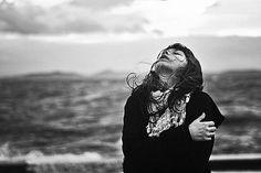 Quante vite, dietro a finestre chiuse,  quanti dolori soffocati dentro stanze ingiallite,  quante lacrime versate in bagni dimenticati,  quanta fatica e sudore nelle strade del mondo,  quanta solitudine nei binari solitari.  Quanti sguardi frettolosi, quanta indifferenza,  quanti sorrisi non ricambiati, quante mani non strette.  Quanto egoismo, quanta arroganza e presunzione,  eppure basterebbe cosi' poco per ridiventare umani.......ele*