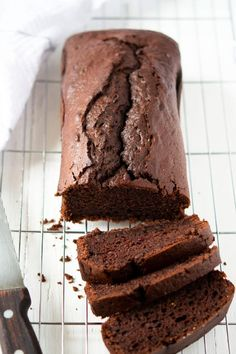 Chocolate Yogurt Loaf Cake An easy, one bowl recipe for a chocolate loaf cake. The cake uses yogurt to reduce calories and keep the cake super moist. It's a simple cake that will satisfy your chocolate cravings. Loaf Recipes, Yogurt Recipes, Cake Recipes, Dessert Recipes, Cream Recipes, Healthy Recipes, Food Cakes, Chocolate Yogurt Cake, Chocolate Recipes