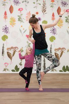 Kinderyoga - de boomhouding: kies een voet uit waar op je wilt staan. Stamp er een aantal keer mee op de grond. Leun er op en til je andere voet in de lucht. Sta je stevig, zet je voet tegen je onderbeen. Onder je knie of boven je knie. Doe je handen in de lucht, als de takken van de boom. Of help elkaar een handje in het blijven staan :)