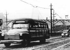 A imagem mostra um lotação de marca Chevrolet em 1955 trafegando pela Av. 24 de Maio após o Engenho Novo, no Rio de Janeiro. Pertencia à empresa Auto Anglia. Os lotações tinham menor capacidade que os ônibus.