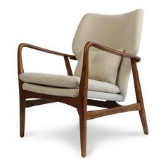 Retro fauteuil met walnoten houten onderstel en naturel bekleding.