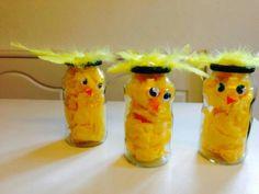 Påskekyllinger laget av syltetøyglass