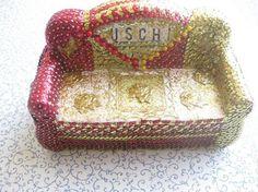 Deko-Couch Uschi in liebevoller Handarbeit in den Farben gold/rot gefertigt. In Paillettenkunst