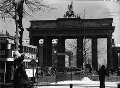 Berlin: Brandenburger Tor; groß; links Autobus im Winter 1937