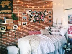 Decorating your dorm room can become a little stressful. Here are some dorm decoration inspiration from really cute Tulane dorm rooms you have to try! Exposed Brick Bedroom, Brick Wall Bedroom, Brick Room, Diy Rangement, Cool Dorm Rooms, Decoration Inspiration, Decor Ideas, Decorating Ideas, College Dorm Rooms