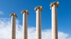learning Spanish/Four ionic columns in the city center of Barcelona near montjuic (les quatre columnes in spanish)