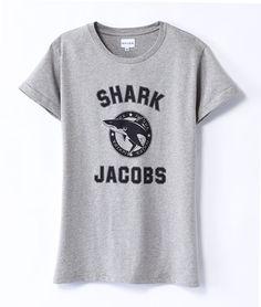 Shark Jacobs T-Shirt  T-Shirt aus 100% fair gehandelter Baumwolle mit Print. Aufgerollte Ärmel. Erhältlich in grau und weiß.