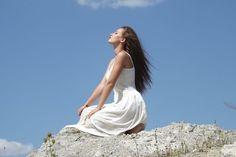 Medita junto a nosotros hoy para conectar con la gratitud. Con esta meditación guiada para la gratitud, estamos estimulando ese propósito de agradecer por todo, por la vida, y en especial a Dios que es el dador de todo bienestar.  Escúchala en: http://reikinuevo.com/la-gratitud/