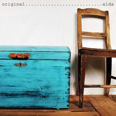 Truhla,+originální+patina+Originální+truhla-kufr++*Truhla-kufr+je+cca+100+let+stará+,+ze+dřeva.+Byla+vylouhována+od+vrstvy+nátěru+(+čili+odbarvena+na+základní+dřevo),+ošetřena+proti+dřevokaznému+hmyzu.+Dřevo-+jsem+opracoval,+obrousil,+zahladil,+namořil,+napatinoval,+doplnil+o+opracovaný+bukový+klacek+a+napustil+kvalitním+voskem.+Povrch+je+hladký.+Patina-+...