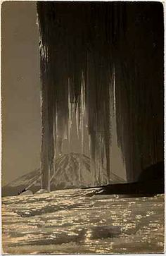 Masao Yamamoto (山本昌男 Yamamoto Masao - Japanese freelance photographer known for his small photographs, which seek to individualize the photographic prints as objects. Yamamoto, Artistic Photography, Fine Art Photography, Saul Leiter, Monte Fuji, Japanese Philosophy, Australian Painters, Foto Art, Japan Photo