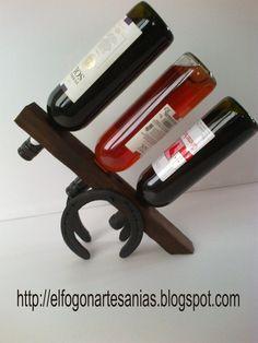 El Fogón - Artesanías en madera rústica y hierro- Uruguay - Flores: 066 - Portavino rústico en pique y herraduras para 3 botellas