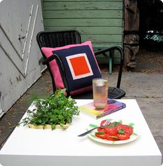 DIY project: sprouting table - This sprouting side table allows you to add fresh-cut herbs to any outdoor meal