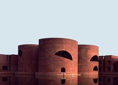Des premières structures primitives aux œuvres de Mies van der Rohe, Alvar Aalto, Frank Lloyd Wright… voici les plus belles prouesses architecturales composées de brique. National Assembly Building, Dhaka, Bangladesh, 1982, Louis I. Kahn.