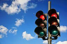 Semáforo: El semáforo regula el paso de los vehículos a motor como los carros, las motos, los camiones, etc. Tiene 3 luces diferentes: verde, amarilla y roja. La luz verde indica vía libre para el conductor, la luz roja indica que deben detenerse, y la luz amarilla significa precaución, ya que próximamente se cambiará a rojo. Los semáforos modernos tienen contador de segundos #TuRadioVial ¡RESPÉTALO!