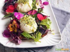 Essenza: Bruschette con insalata fiorita e uova pochè  #ricette #food #recipes