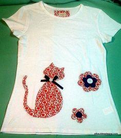 Camiseta realizada en algodón con motivo de contorno de gato y flores en patchwork y rematado con cinta de raso.