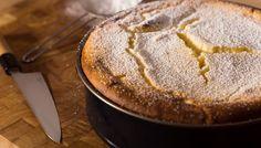 Préchauffer le four à 200°C (thermostat 8). Mettre les œufs dans un saladier et les fouetter avec le sucre semoule et vanillé jusqu'à ce que le mélange blanchisse et devienne mousseux. Pendant ce temps, faire fondre le beurre au micro-ondes et l'ajouter…