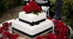 torta nuziale classica bianca e nera con rose rosse