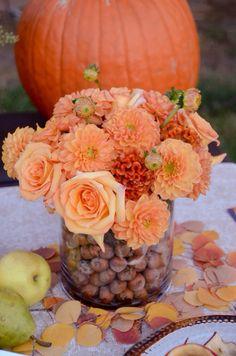Haselnüsse gesellen sich zu Rosen und Dahlien farblich aufeinander abgestimmt, herbstlich angehaucht ...