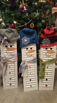 Check ou these cool shutter snowmen from Chabby Chic in Berwick Maine. Christmas Wood Crafts, Snowman Crafts, Rustic Christmas, Christmas Art, Christmas Projects, All Things Christmas, Winter Christmas, Holiday Crafts, Holiday Fun