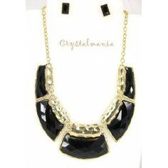 Set de collar y aretes en base dorada con detalles en color negro estilo C3049