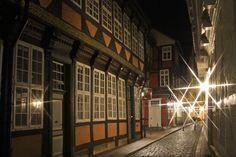 Kalandstraße bei Nacht: die ehemalige Lateinschule von 1602