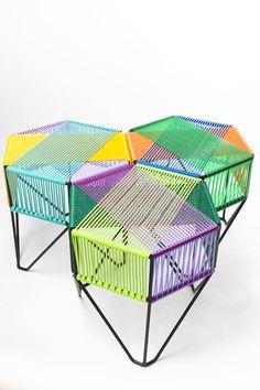 Mueble mexicano. Mesa de centro, está tejida con diferentes colores, estos colores combinan muy bien y la forma geometría de la estructura le da un toque especial. Queda excelente en patios.