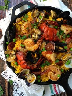 Seafood Paella (Healthy) A flavor loaded healthy, quick and easy Spanish paella recipe for the shellfish lovers of the world!A flavor loaded healthy, quick and easy Spanish paella recipe for the shellfish lovers of the world! Easy Spanish Paella Recipe, Spanish Seafood Paella, Spanish Recipes, Spanish Cuisine, Spanish Food, Fish Recipes, Seafood Recipes, Cooking Recipes, Healthy Recipes