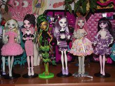 monster high girls in crochet dresses Monster High Doll Clothes, Monster High Dolls, Crochet Dresses, Crochet Clothes, Blythe Dolls, Barbie Dolls, Crochet Monster High, Rochelle Goyle, Doll Painting