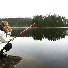 Morning glory  med eple og stang  #fisketur#pink#vår#bareformorroskyld#roogfred##norge#norway#stillevann##morgenstund# #livsnyter#fishinggirl#fottur#wanderlust#wanderlusting#gonefishing#fishing#fiske#sørlandet#ro#life#mywiew #landscape### by christina_illustrator