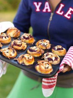 Mina blåbärsbullar brukar jag baka i muffinsformar som jag sätter i en muffinsplåt. När man bakar bullar i formar blir de extra saftiga eftersom vätskan i...