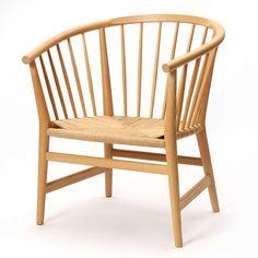 """Design Hans Wegner Hans J. Wegner: """"PP 112"""". Armstol af bøg, ryg og sider med tremmer. PP112 er let og elegant og viser Wegners stræben efter enkelthed i konstruktion og design. Stolen passer derfor perfekt ind i det moderne hjem, og den er ideel til afslapning."""