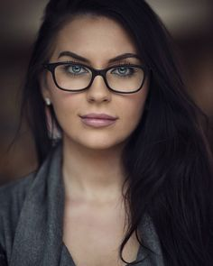 Nouvelles Cute Glasses, New Glasses, Girls With Glasses, Makeup With Glasses, People With Glasses, Girl Glasses, How To Wear Makeup, Womens Glasses Frames, Black Frame Glasses