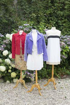 - beige rok met rozen Purdey maat 40 van 22,- voor 11,- Met een rood leren jasje van Arma in maat 40 van 35,- voor 17,50 - Blauwe leren jas van Goosecraft maat 42 van 55,- voor 27,50 maat XL maar kan ook door voor een L. Witte jurk van de Bijenkorf in maat 42 van 21,- voor 10,50.   - Witte jurk met beige van La Fée Maraboutée in maat 44 (valt ook kleiner) van 35,- voor 17,50. Interesse? Mail dan naar jacobien@prinsenenprinsessen.com, of kom langs in onze winkel. Woe t/m vrijdag 10.00 -17.00