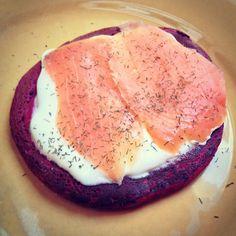 Blinis à la betterave rouge accompagnés de saumon fumé - Beetroot blinis with smoked salmon #cuisine #food #faitmaison #homemade #blinis #saumon #betterave #brunch #cooking #eating #french #yummy #foodpic #foodgasm #instafood #instagood #recette  La recette (recipe) : oe-dans-leau.fr/cuisine-meme-moniq/blini-betterave-rouge/