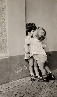 baci e baci. fotografia bambini. Tante altre idee cool per le mamme sul sito mammabanana.com