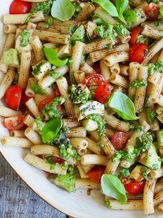 Pastasalat med tomat, avokado og mozzarella  #pastasalat #lettvintmiddag #vegetar #salat #pasat #familievennligmiddag Mozzarella, Pasta Salad, Cosy, Ethnic Recipes, Crab Pasta Salad
