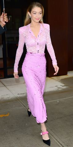 Not even a little bit of rain could throw Gigi Hadid off of her style game. The model looked pretty in pink, wearing a Nina Ricci look. How cute are those dainty kitten heels? Pink Outfits, Classy Outfits, Stylish Outfits, Fashion Outfits, Fasion, Style Bella Hadid, Looks Gigi Hadid, Gigi Hadid Outfits, Vetement Fashion