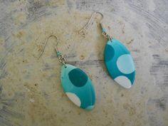 boucles d'oreilles dans les tons verts,bleus et blancs en pâte fimo polymère : Boucles d'oreille par elisabijoux