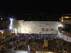 . Tito deixou este muro para que os judeus tivessem a amarga lembrança de que Roma vencera a Judeia (daí o nome de Muro das Lamentações).