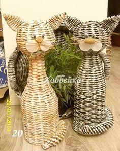 Basket cats (no link) Paper Basket Weaving, Basket Weaving Patterns, Straw Weaving, Willow Weaving, Weaving Art, Newspaper Basket, Newspaper Crafts, Cat Crafts, Diy And Crafts